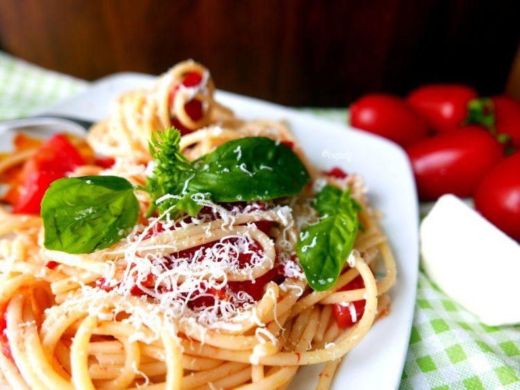 spaghetti al pomodoro fresco e ricotta salata