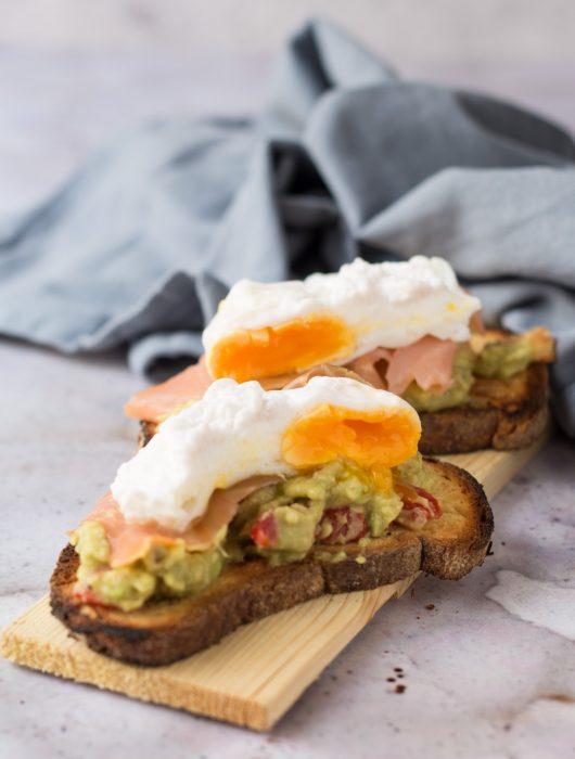 Crostone con guacamole salmone e uova in camicia